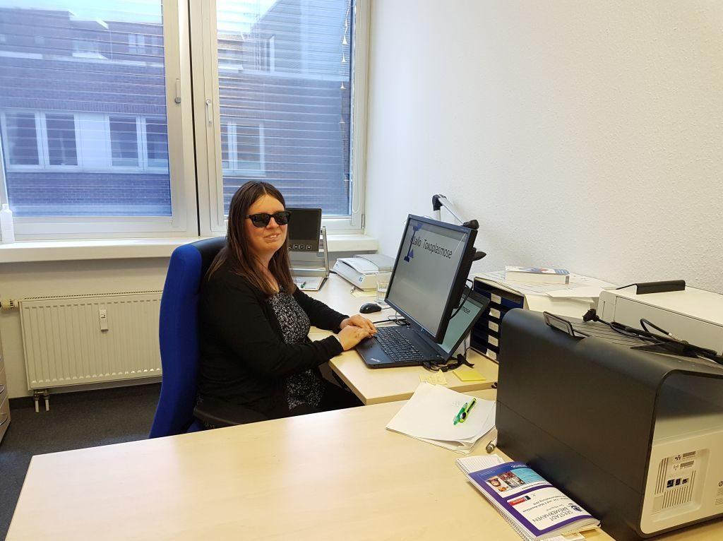 Maleike Schubert an ihrem Arbeitsplatz im Amt für Menschen mit Behinderung in Bremerhaven (c) Tanja Albert