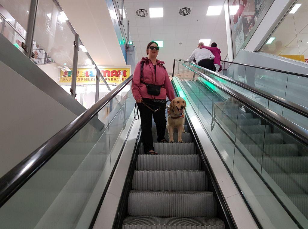 Mit Führhund auf der Rolltreppe (c) Tanja Albert