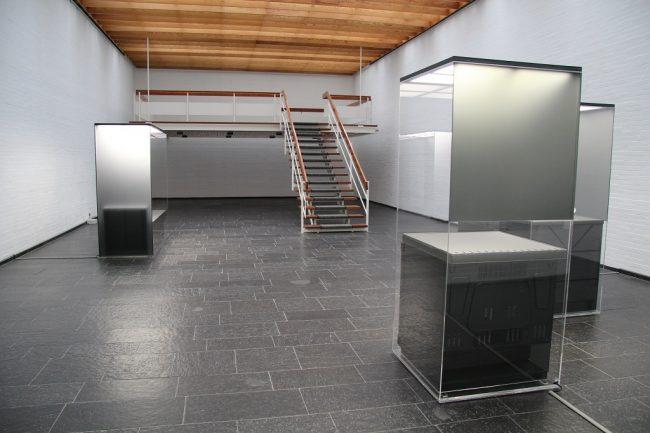 3 Plexiglasvitrinen in der Kunsthalle Bremerhaven von Andreas Schmitten. (c) Kim Rothe
