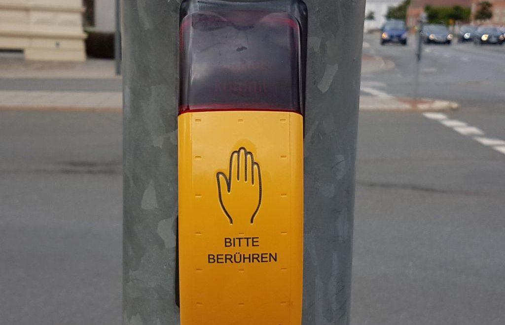 Für Menschen mit einer Sehbehinderung ein notwendiges Hilfsmittel an einer Fußgängerampel (c) Tanja Albert