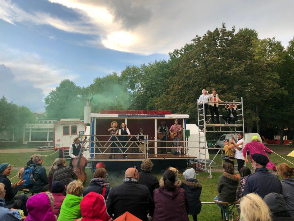 Auf einer Bauwagenbühne zeigen Menschen Theater beim Kultursommer in Lehe