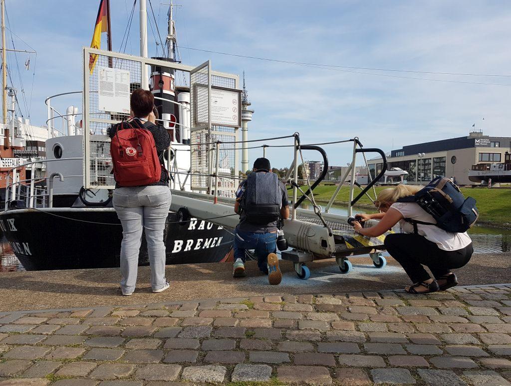 """Drei Instagramer vor der """"Rau X"""" im Museumshafen Bremerhaven (c) Tanja Albert"""