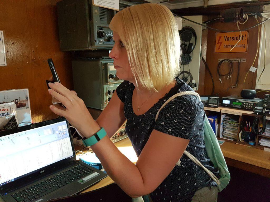 Maike konzentriert sich auf ihr nächstes Foto beim InstaWalk (c) Tanja Albert