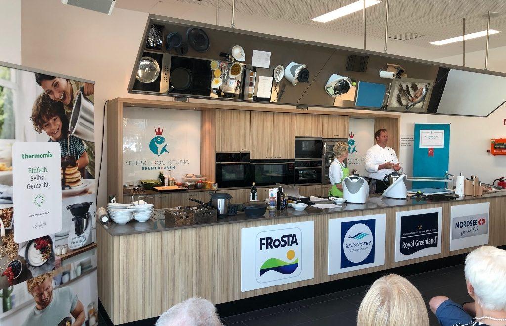 Das Kochteam startet zu Beginn der Kochshow mit den Erklärungen zum Ablauf des Programmes