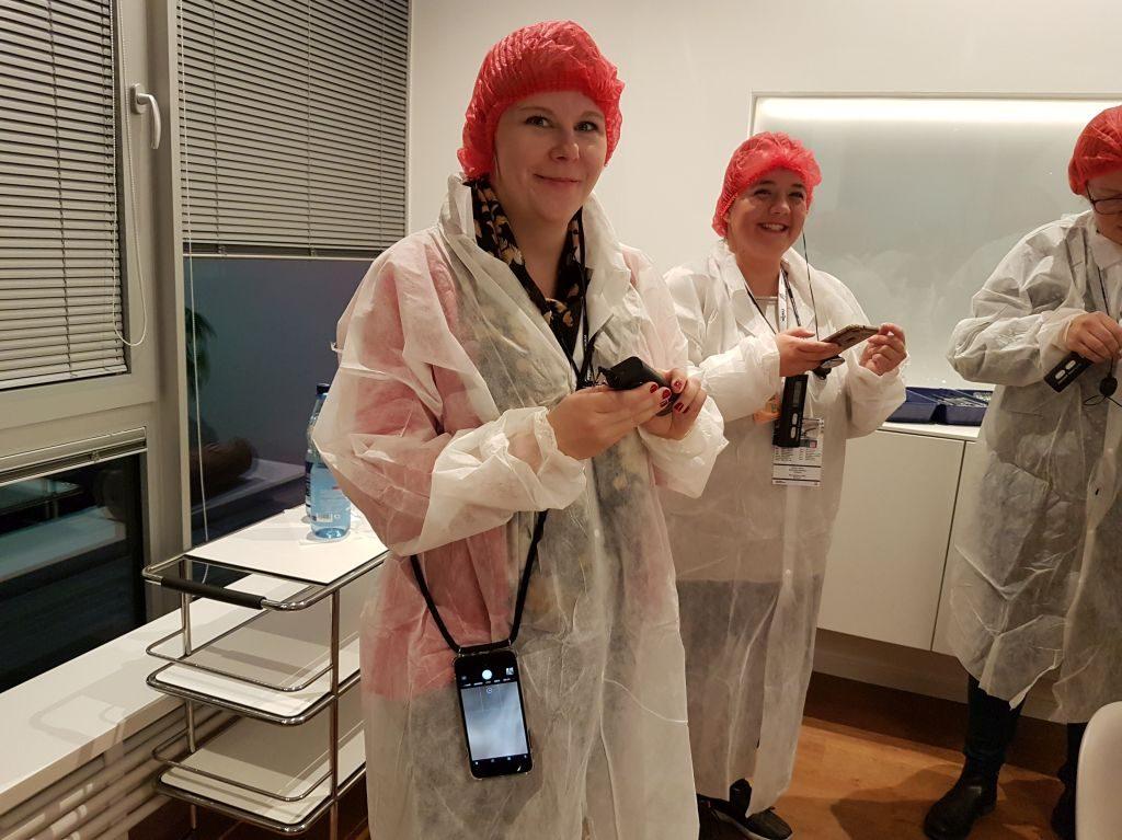 Mailin und Jule in Kittel und mit Haarnetz ausgestattet (c) Tanja Albert