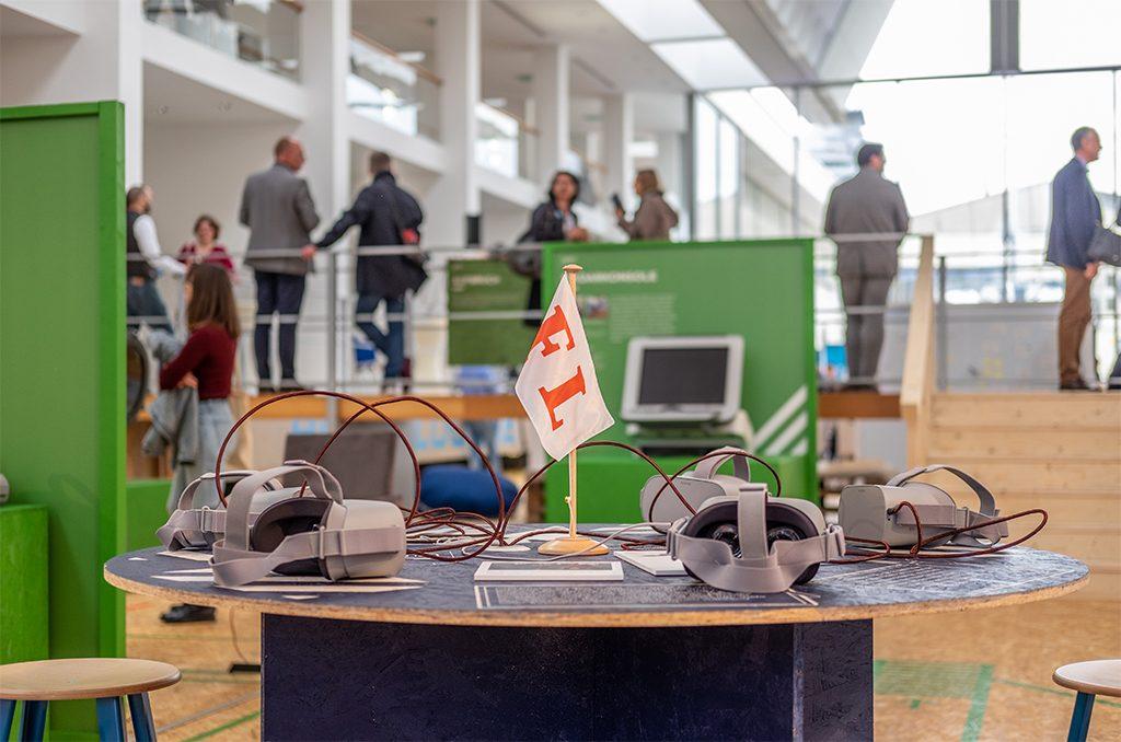 An jeder Station liegen mehrere VR-Brillen für die Besucher bereit (c) DSM / Patrick Szalewicz