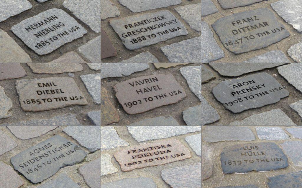 Die Erinnerungssteine auf dem Boden um das deutsche Auswandererhaus bilden ein Pendant zu den Porträts in der Fassade.