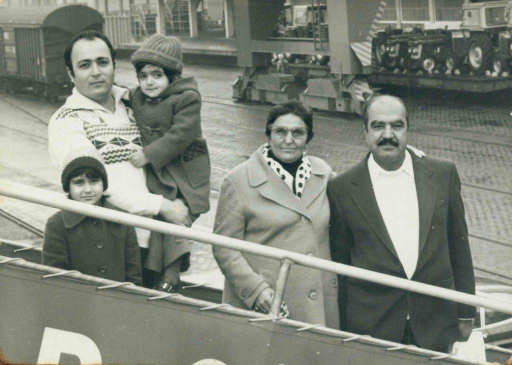 """Porträt einer """"Gastarbeiter""""-Familie in Bremerhaven."""