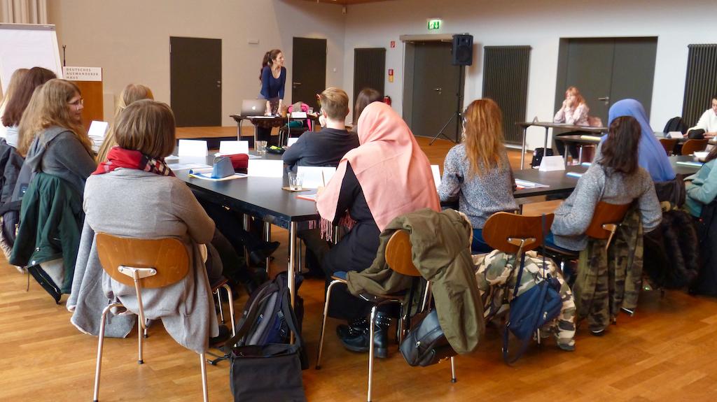 Im Seminarraum des Deutschen Auswandererhauses wurden die Jugendlichen auf das Thema Fantasy und Migration vorbereitet. © Deutsches Auswandererhaus / Foto: Ilka Seer