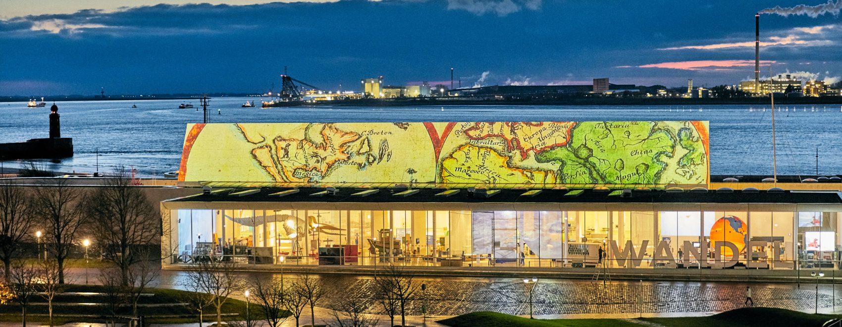 Lichtprojektion einer alten Landkarte auf dem Deutschen Schifffahrtsmuseum