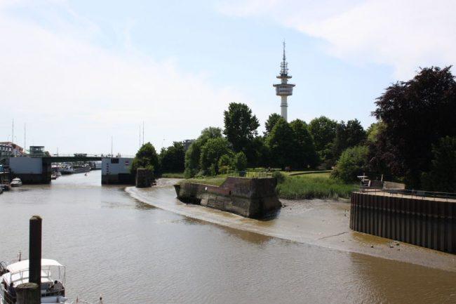 Blick über die Geeste auf den Radarturm Bremerhaven (c) Tanja Albert