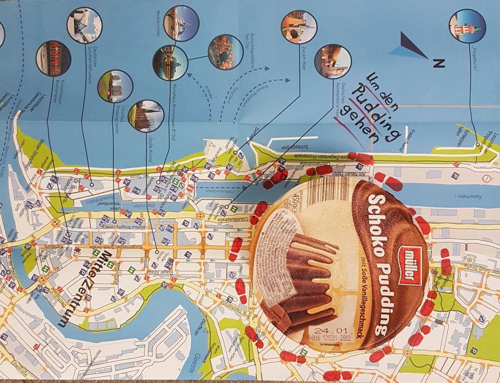 Ein Pudding steht auf einem Stadtplan. Umzu sind Fußabdrücke eingezeichnet (c) Tanja Albert