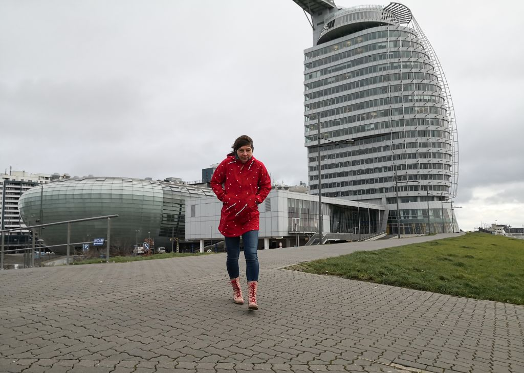 Tanja stapft bei Sturm über den Deich in Bremerhaven (c) Marco Butzkus