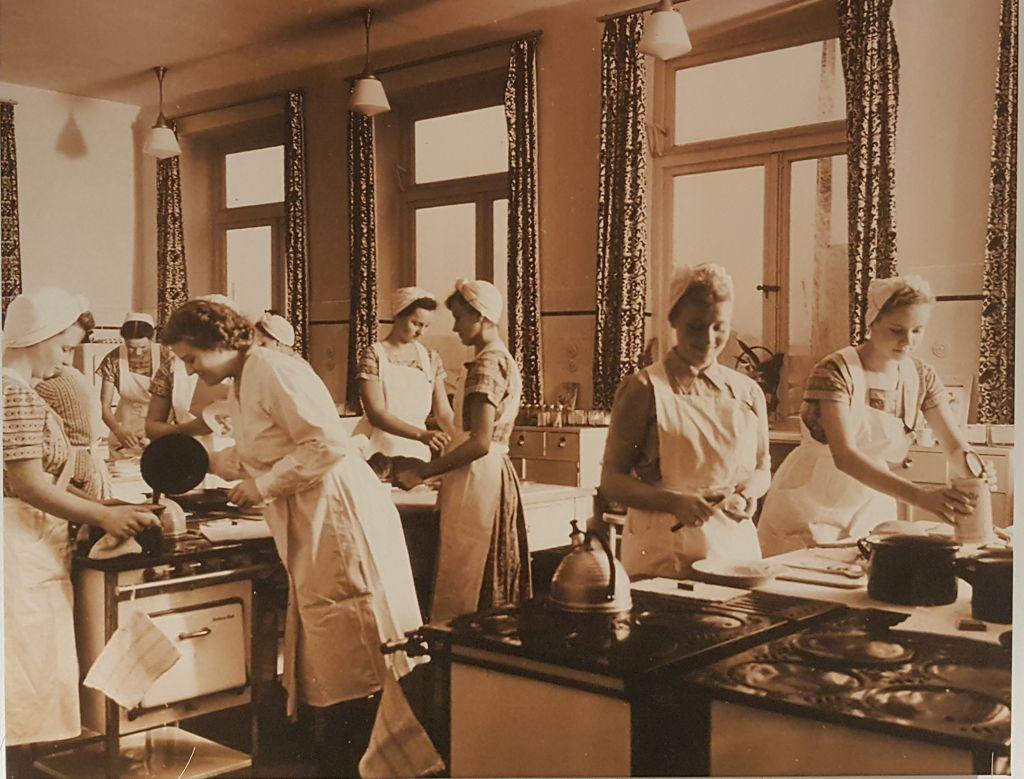 Historisches Foto, auf dem Hauswirtschafterinnen beim Kochen abgebildet sind (c) Archiv FBG