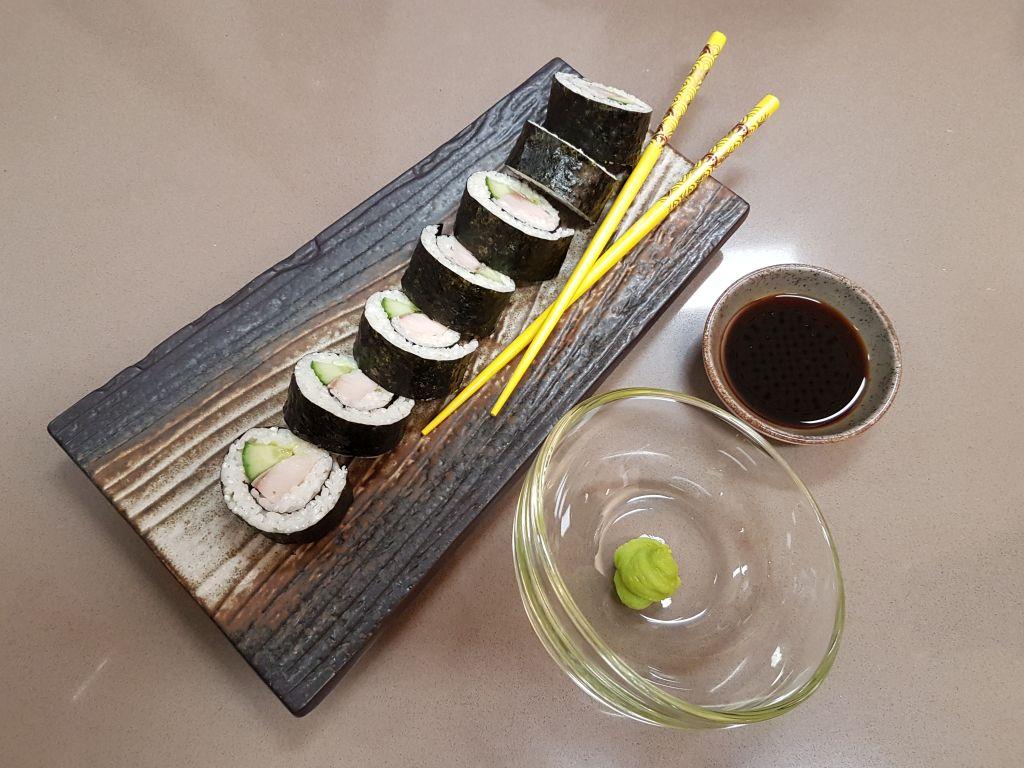 Sushi mit Wasabi, Sojasoße und Stäbchen (c) Tanja Albert