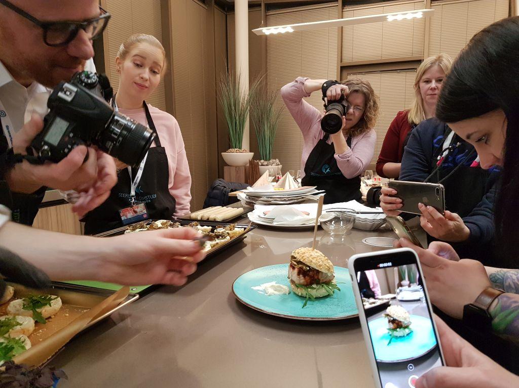 Instagramer fotografieren einen Lachsburger (c) Tanja Albert