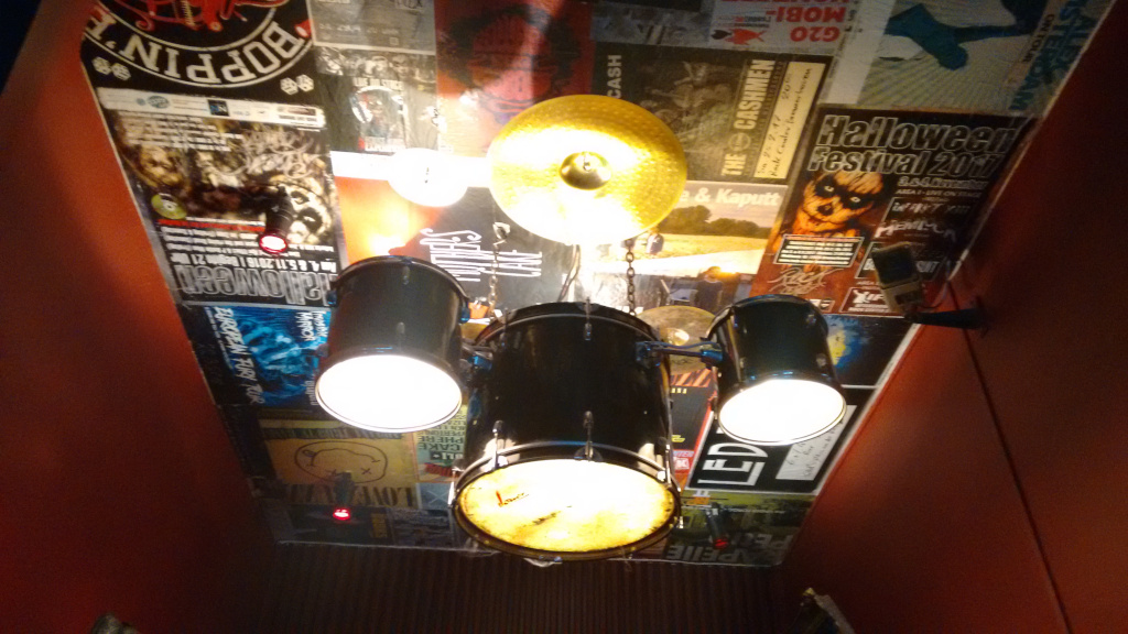 Ein Schlagzeug ist im Eingangsbereich des Rock-Centers als Lampe unter die Decke montiert.