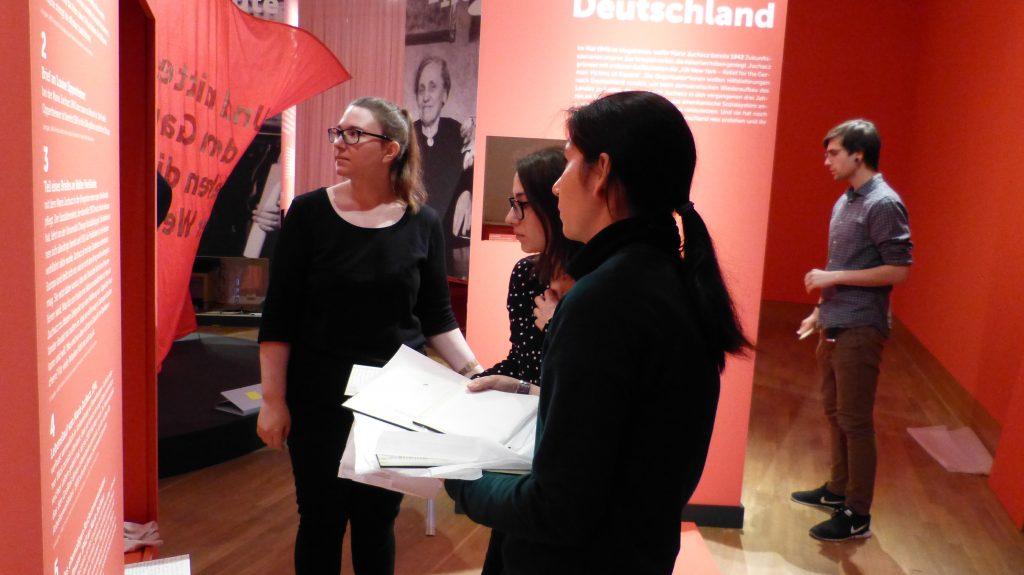Aufbau der Sonderausstellung über Marie Juchacz im Deutschen Auswandererhaus Bremerhaven