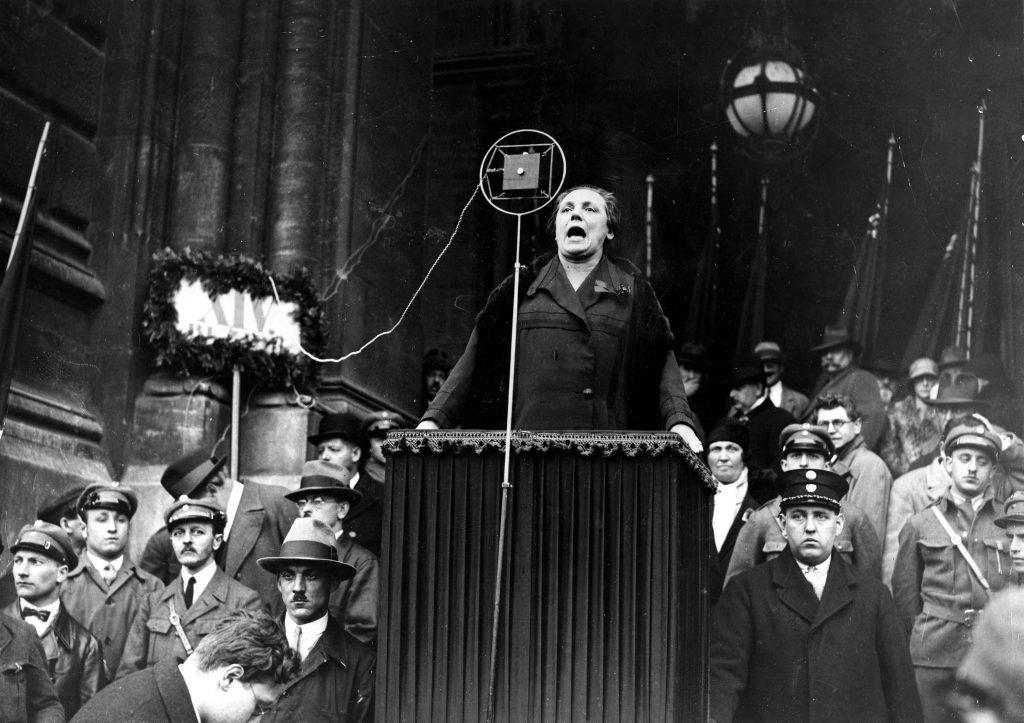Marie Juchacz bei einer Wahlkampfveranstaltung der SPD im Jahr 1930