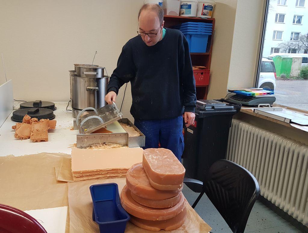 Jan Meyer beim Herstellen der Wabenwände (c) Tanja Albert