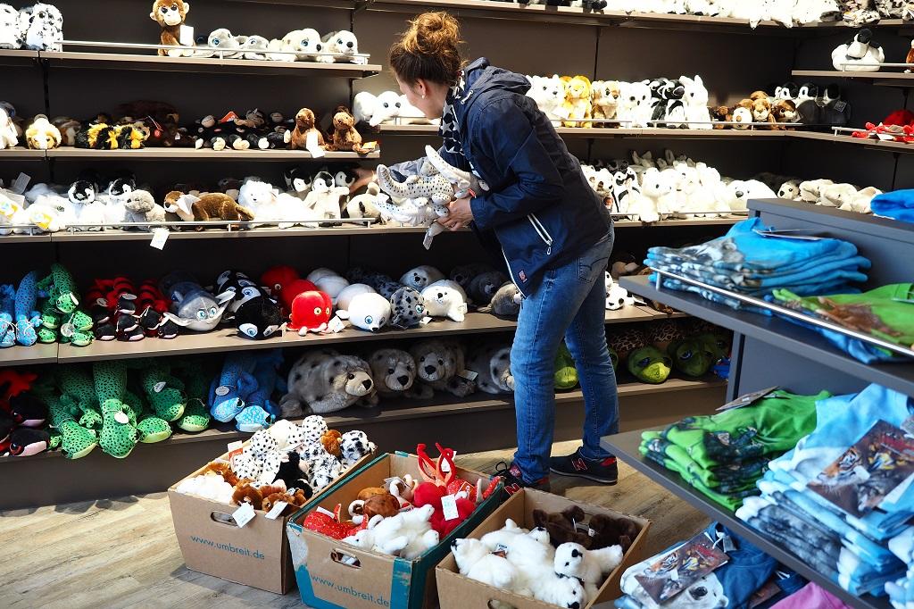 Die Zoo-Shop Leiterin bei der Arbeit