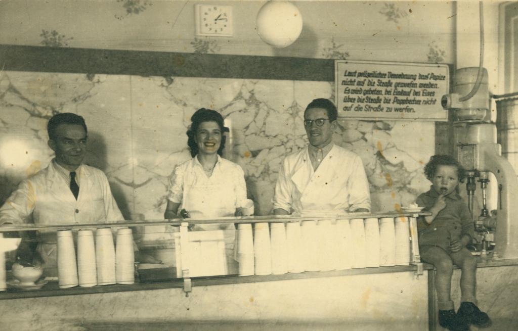 Familie Olivier in ihrer Eisdiele in Werdau