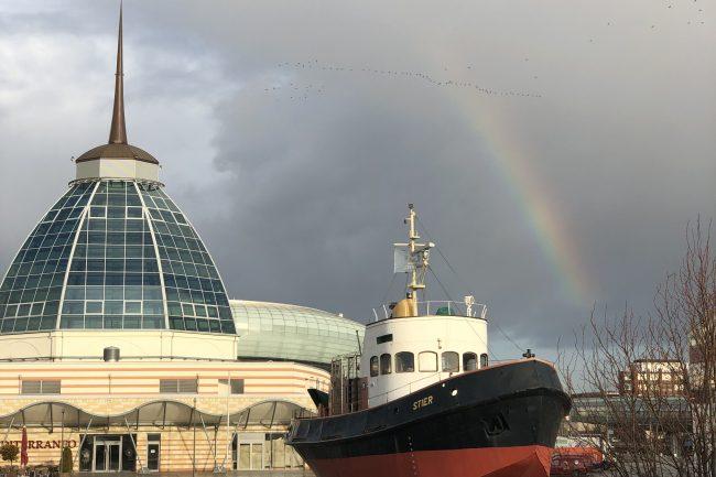 Der Blick auf die Havenwelten mit einem Regenbogen über der STIER und dem Outlet.