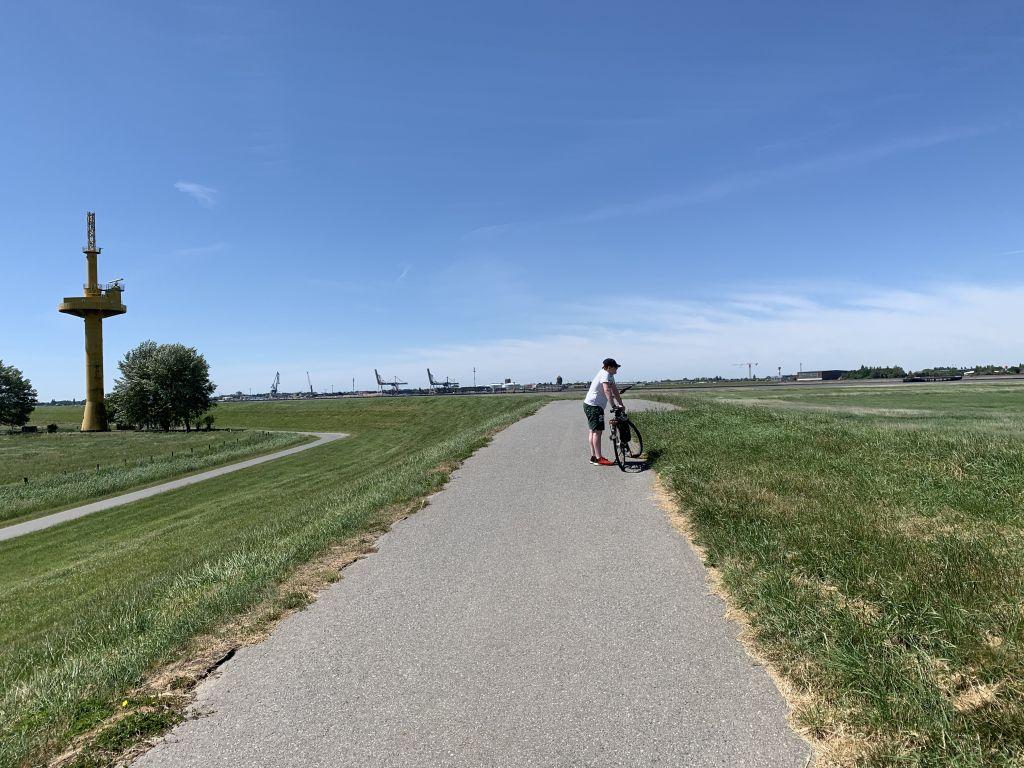 Radfahrer auf der Luneplate