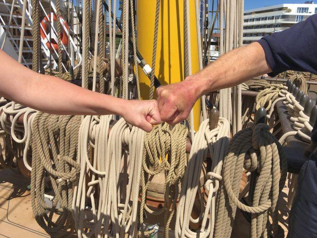 Begrüßung durch zwei geballte Hände