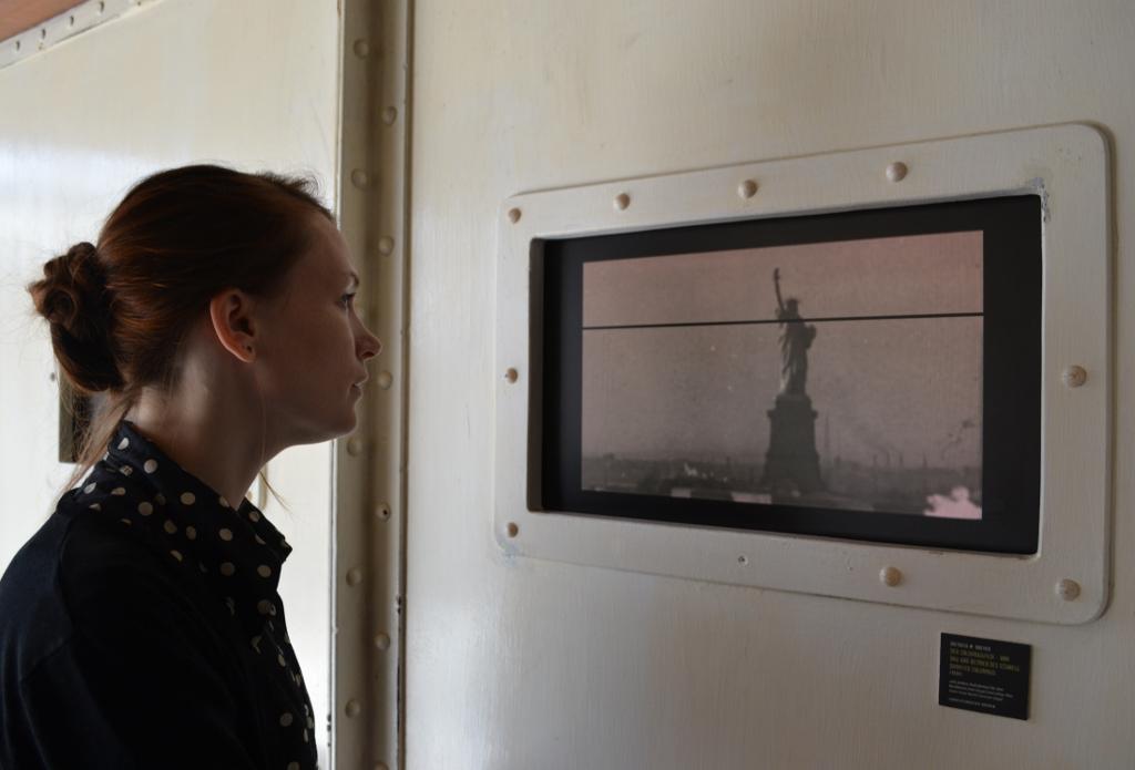Die Werbefilme des Norddeutschen Lloyd, die im Deutschen Auswandererhaus zu sehen sind zeigen alle den beeindruckenden Blick beim Einfahrt in die Bucht von New Yor: die Freiheitsstatue. © Deutsches Auswandererhaus /Foto: Magdalena Gerwien