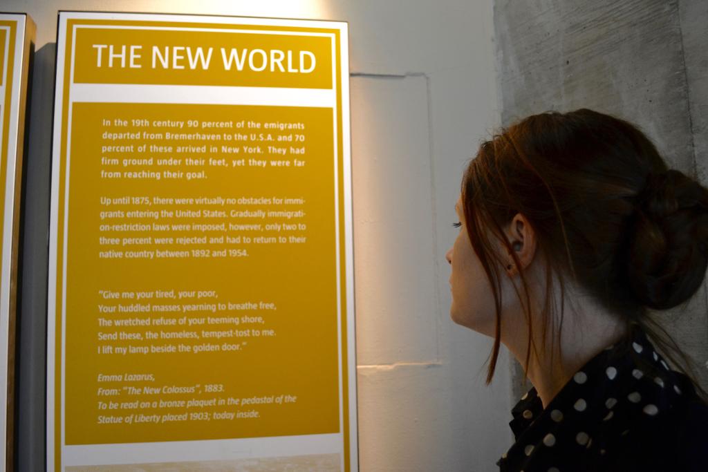 DIe Informationstafel im Deutschen Auswandererhaus Bremerhaven zeigt nur einen kleinen Moment vom Emma Lazarus Werk, das ein wichtiges Stück  US-Literaturgeschichte ist. © Deutsches Auswandererhaus / Foto: Dominik Laupichler