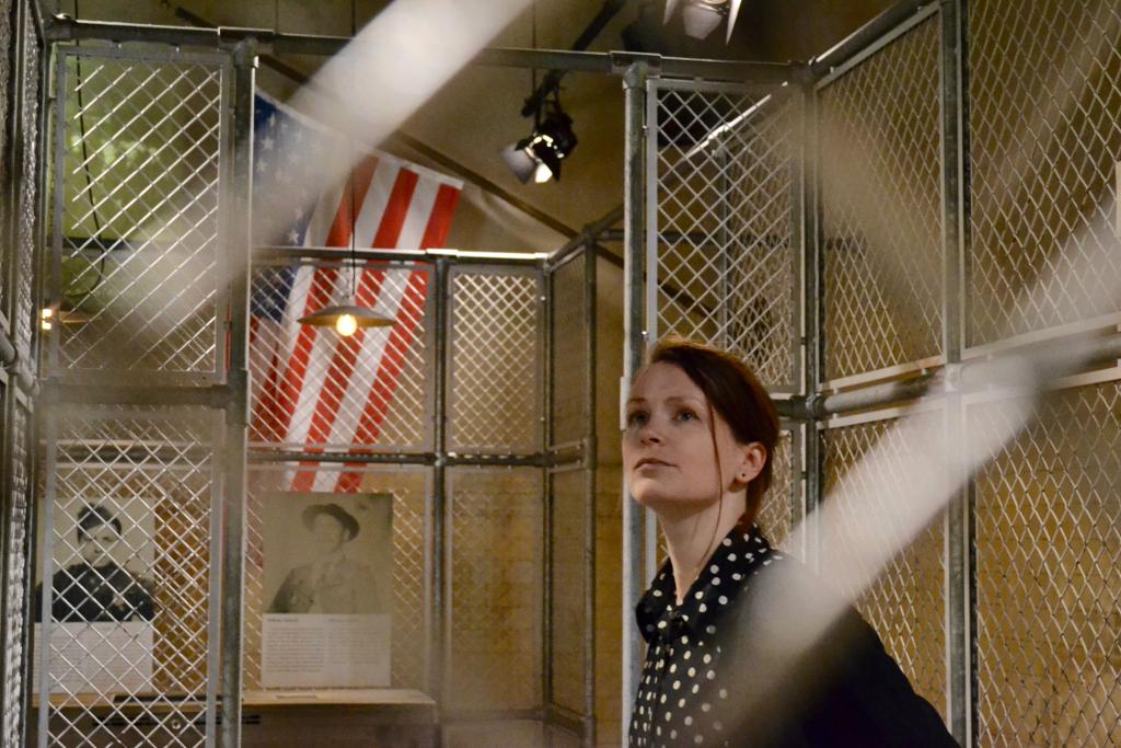 Um die Einwanderungsbehörde auf Ellis Island kamen die Migrant*innen ab 1890 auch im schützenden Schatten der Freiheitsstatue nicht herum.© Deutsches Auswandererhaus / Foto: Dominik Laupichler