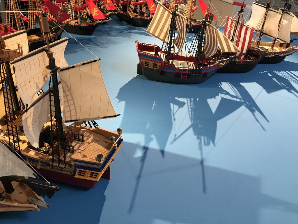 PLAYMOBIL-Schiffe und Geschichten sind überall in spannendem Licht in Szene gesetzt.
