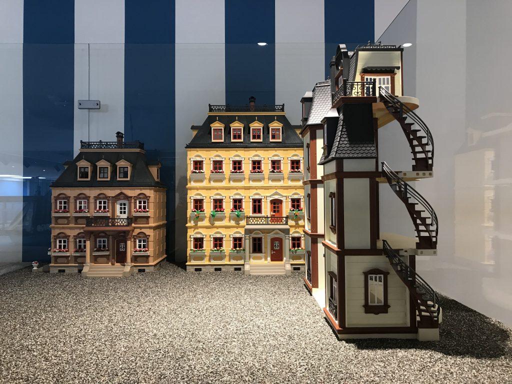 Historische Gebäude aus mehreren Generationen PLAYMOBIL-Teilen zusammengesetzt