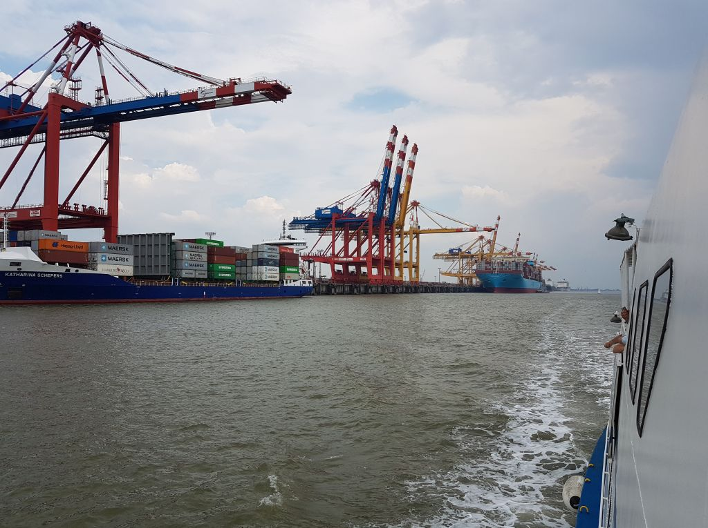 Feeder- und Containerschiff an der Stromkaje (c) Tanja Albert