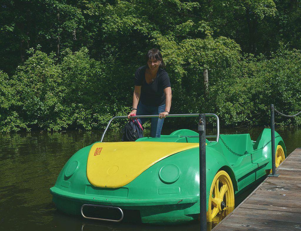 Ich besteige unser Tretboot im Bürgerpark (c) Andreas Larmann
