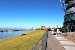 Weserdeich mit Minarett und Strandhalle im Hintergrund (c) Tanja Mehl