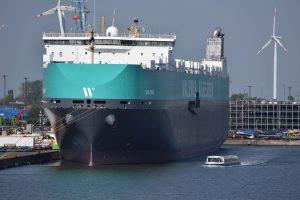 Barkasse vor Containerschiff