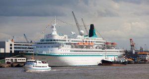 Barkasse vor Kreuzfahrtschiff