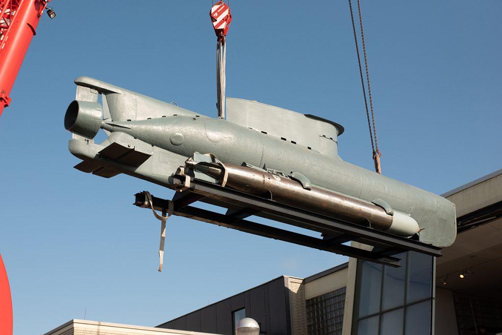 Das U-Boot SEEHUND lernt mithilfe eines Krans fliegen.