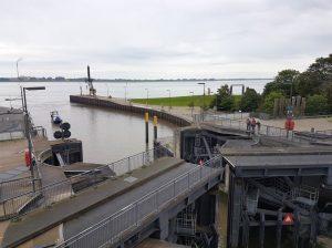 Blick auf das sich öffnende Schleusentor und die Weser (c) Tanja Albert