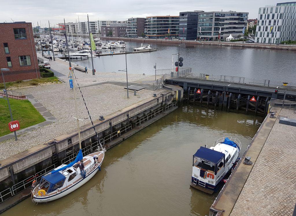 Ein Segel- und ein Motorboot in der Kammer der Schleuse Neuer Hafen (c) Tanja Albert