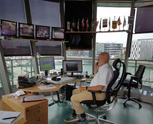 Peter telefoniert in der Zentrale des Schleusenturms Neuer Hafen (c) Tanja Albert