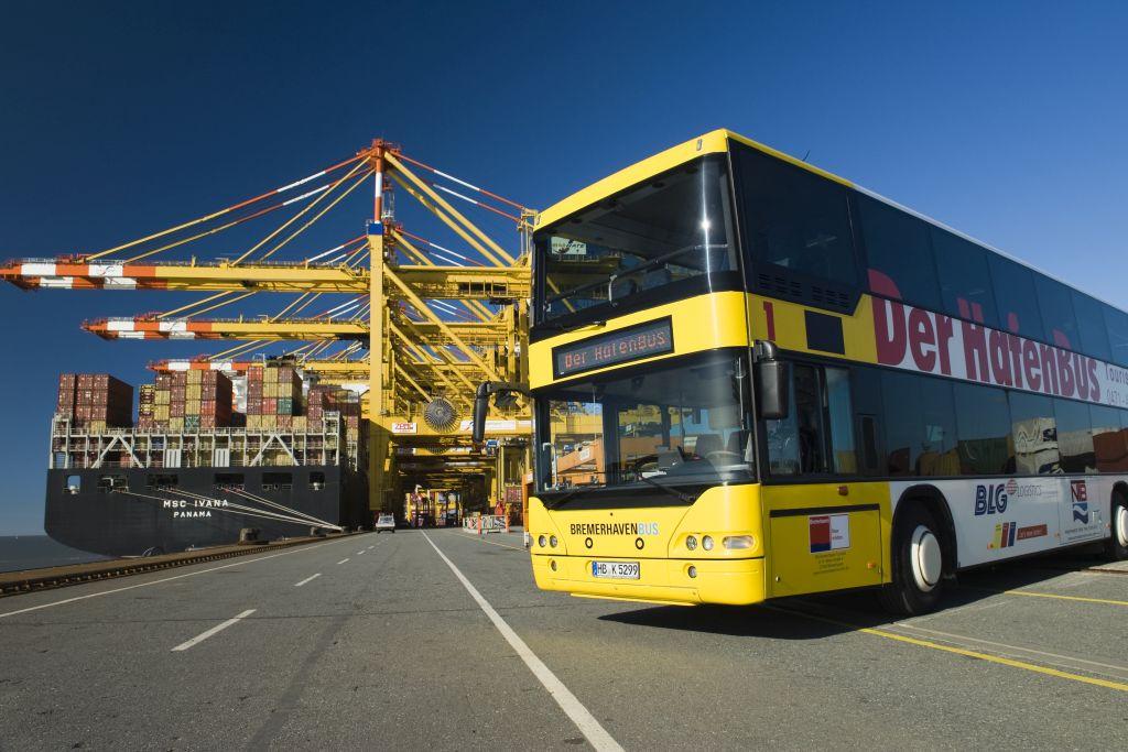 Der HafenBus vor den Containerverladebrücken (c) Markus Abeling