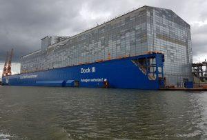 Ein komplett verhülltes Schiff im Trockendock (c) Tanja Albert