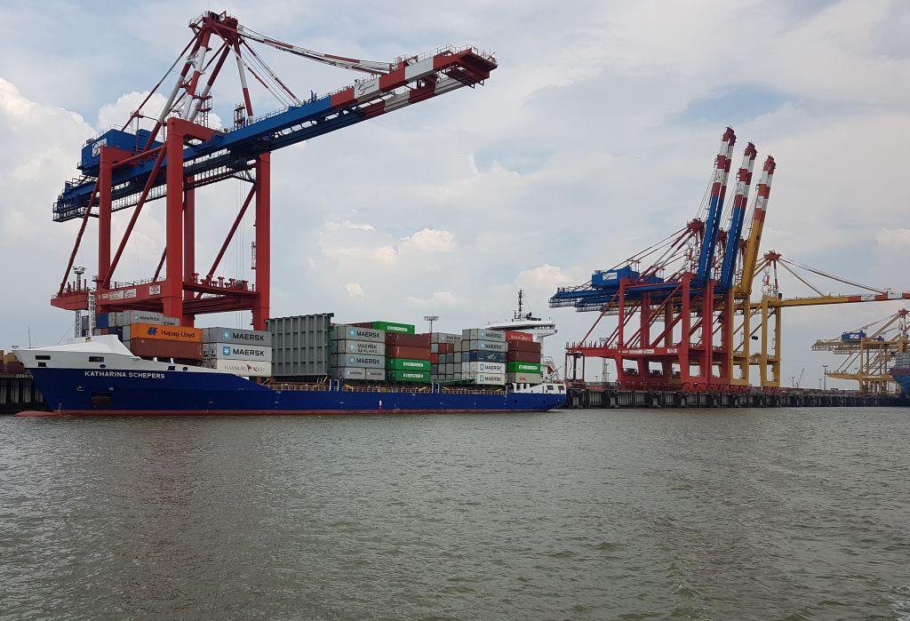 Blick auf ein Feederschiff und die Containerverladebrücke (c) Tanja Albert