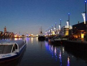Beleuchteter Neuer Hafen (c) Leander Kortjohann