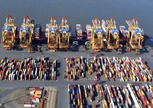 Luftbild mit Blick auf das Containerterminal, die Verladebrücken, ein Containerschiff und die Weser (c) Wolfhard Scheer