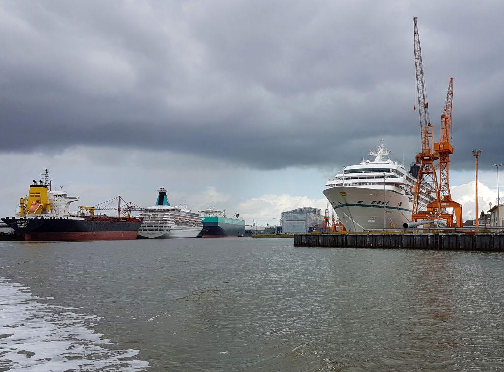 Kreuzfahrtschiffe, Dock und Tanker im Kaiserhafen (c) Tanja Albert
