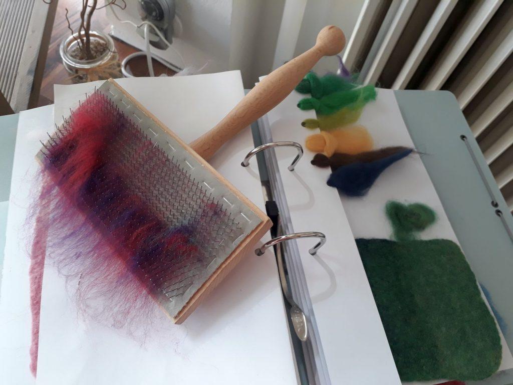 Kardätsche mit Wollfasern (c) Tanja Albert